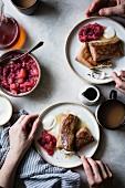 Blintzen mit Frischkäsefüllung und Cranberry-Apfel-Sauce