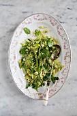 Vegetarischer Couscoussalat mit Spargel, Zucchini und Spinat (Aufsicht)