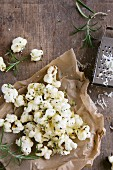 Savoury popcorn with herbs and melted cheese