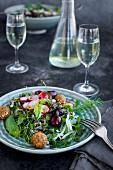 Wildreissalat mit Kirschen und Hibiskus-Vinaigrette serviert mit Weisswein