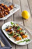 Vegetarische Paprika-Süsskartoffel-Kebabs mit roten Zwiebeln und Zitronen-Tahini-Sauce