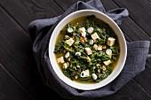 Vegetarische Vollkorndinkel-Miso-Suppe mit Tofu, Spinat und Grünkohl
