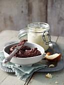 Schoko-Nuss-Creme und weiße Schokocreme