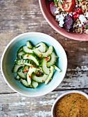 Gurkensalat mit Chili, Buchweizensalat und Satesauce