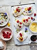 Baisergebäck mit Lemon Curd, pochierten Himbeeren, Vanillecreme und Essblüten zu Ostern
