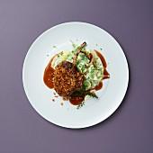Hirschkotelett mit Maronenkruste auf Rahm-Spitzkohl