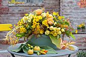 Gelbes Herbstgesteck in Blech-Jardiniere :