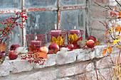 Herbstliche Kerzendeko am Stallfenster :