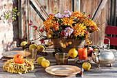 Herbstgesteck in Kupfer-Jardiniere als Tischdeko :