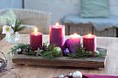 Schneller Adventskranz aus 4 Kerzen auf Holzschale, Zweige von Pinus