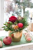 Adventliches Gesteck mit Rosa ( Rose ), Zweigen von Pinus ( Kiefer )