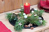 Stern aus Moos und Pinus ( Kiefer ) mit roter Kerze