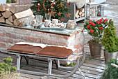 Schlitten als Sitzplatz auf der weihnachtlichen Terrasse :