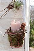 Kerze in Koerbchen mit Moos, Ranke von Parthenocissus ( Wildem Wein )