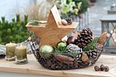 Kleine Weihnachtsdeko im Drahtkorb :  selbstgemachter Holzstern