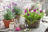 Sträuße aus Tulipa ( Tulpen ) in Drahtkorb mit Ostereiern