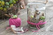 Mini-Osternest im Einmachglas mit Osterhase, Heu und Eiern