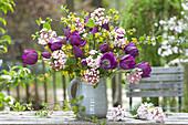 Duftender Frühlingsstrauß aus Tulipa 'Purple Prince' ( Tulpen ) und Zweigen