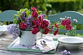 Kleiner Duftstrauß aus Syringa vulgaris ( Flieder ) und Dianthus