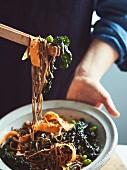 Sobanudeln mit eingelegtem Schwarzkohl, Karotten und Sesam