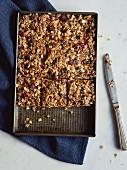 Müsliriegel mit Haferflocken, Nüssen und getrockneten Cranberries