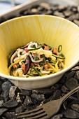 Calamari mit Gemüse und Joghurt in gelber Keramikschale