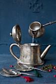 Teezubereitung in Silberkanne