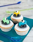 Cupcakes für die Kinderparty dekoriert mit Autos aus Fondant