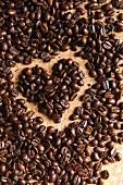 Kaffeebohnen mit Herz auf Korkuntergrund