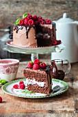Schokoladenkuchen mit Schlagsahne und Himbeeren