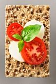 Tomaten, Mozzarella und Basilikum auf Vollkornknäckebrot