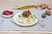 Topinambur-Püree mit Röstzwiebeln und Cranberrychutney