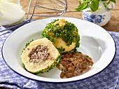 Kartoffelknödel mit Zwiebel-Speck-Sauce