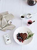 Mini-Bundt-Cake in Herzform mit geeisten Beeren zum Kaffee