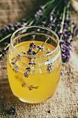 Raw Honey (unverarbeiteter Honig) im Glas mit Lavendelblüten