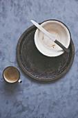 Rustikale Schale, Tablett, Messer und Becher