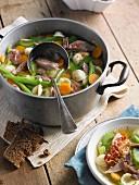 Eintopf mit Entenfleisch und Gemüse