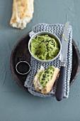Grünkohl-Hummus mit Schwarzkümmel