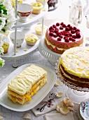 Festliches Kuchenbuffet mit verschiedenen Cremetorten und Cupcakes