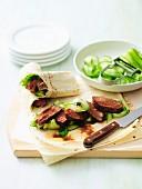 Lammfleisch-Wraps mit Gurke und Hoisinsauce