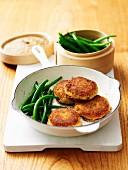 Lachs-Kartoffel-Plätzchen mit grünen Bohnen