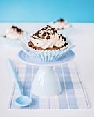 Cupcake mit Buttercreme und Schokokekskrümeln