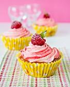 Cupcakes mit Himbeercreme und Himbeere
