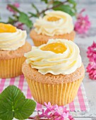 Cupcakes with buttercream and lemon curd