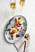 Pavlova mit frischen Früchten