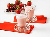 Erdbeereistee mit Milch