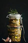 Gekochtes Putenfleisch, eingelegt in Olivenöl mit Knoblauch und Rosmarin
