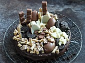 Schokoladentorte mit Pralinen und Keksen