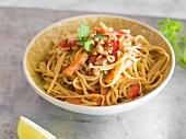 One Pot Pasta auf Thai-Art mit Gemüse und Erdnüssen