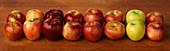 Verschiedene Äpfel in zwei Reihen